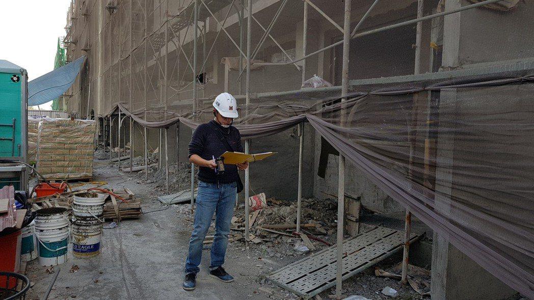 成大昶閎執行長郭文毅於嘉義「最上川」建案中作泥作檢測服務。