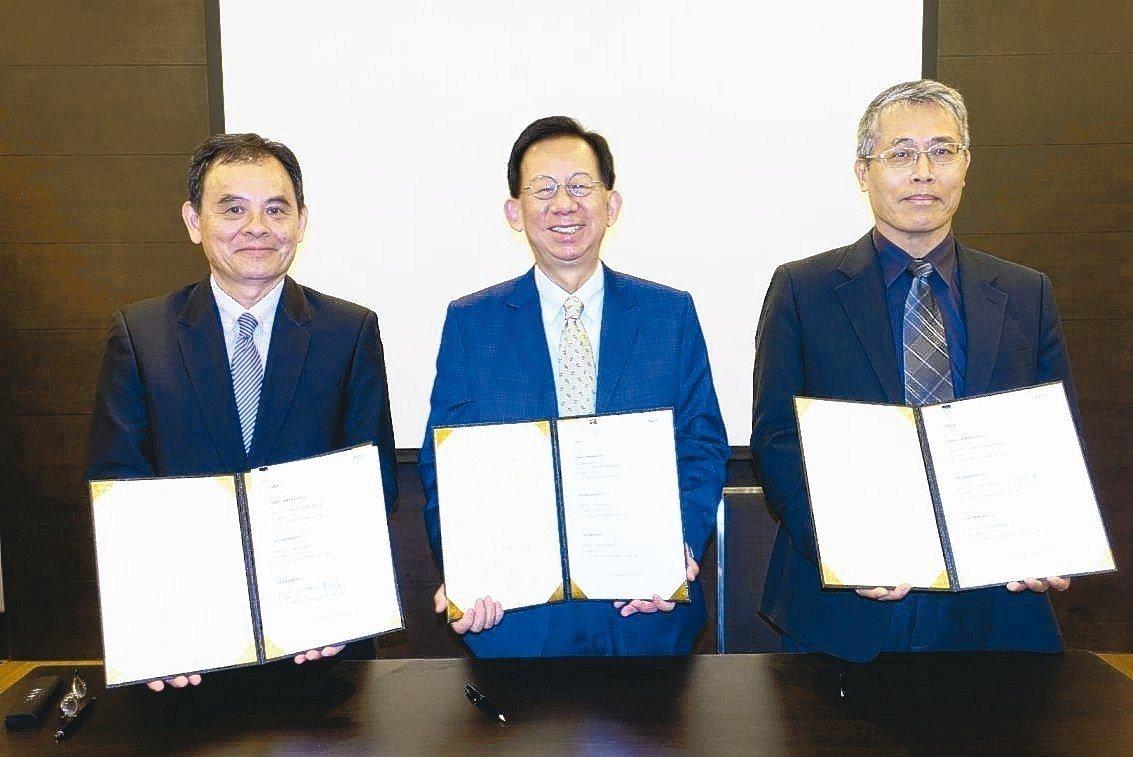 高端、台寶、基亞成立細胞治療產業聯盟,昨由台寶總經理陳宏賓(左起)、高端總經理陳...