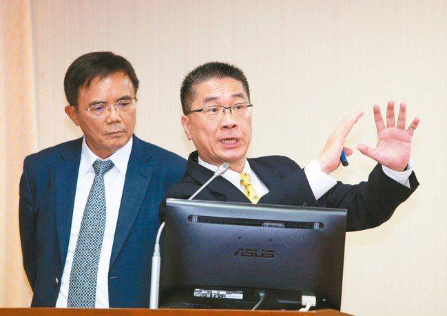 內政部長徐國勇(右)表示,酒駕案件量有下降,但幅度不明顯,希望從外緣的「他律」朝...