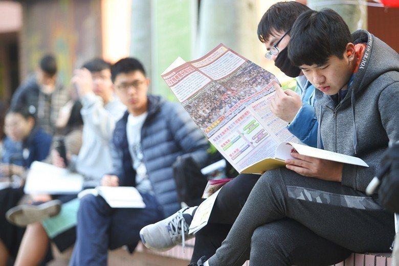 資訊化時代,聽教授講的,永遠快不過聽網路講的,因此在大學習得好的知識品味比套裝知...