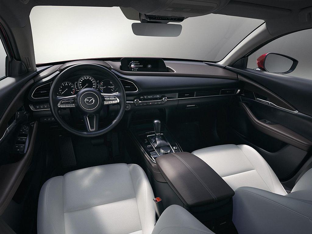 Mazda CX-30內裝延續Mazda既有風格,大量的皮革包覆範圍打造極為舒適...