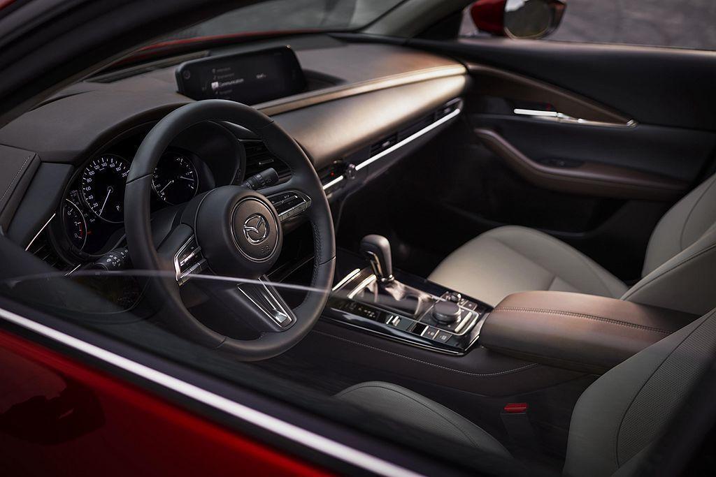 Mazda CX-30將會有棕色、深藍兩種內裝色調供消費者選擇。 圖/Mazda...