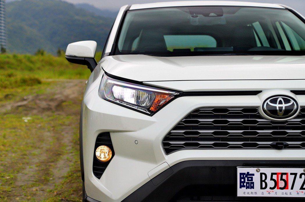 自然進氣車型換上全新LED反射式頭燈。 記者張振群/攝影