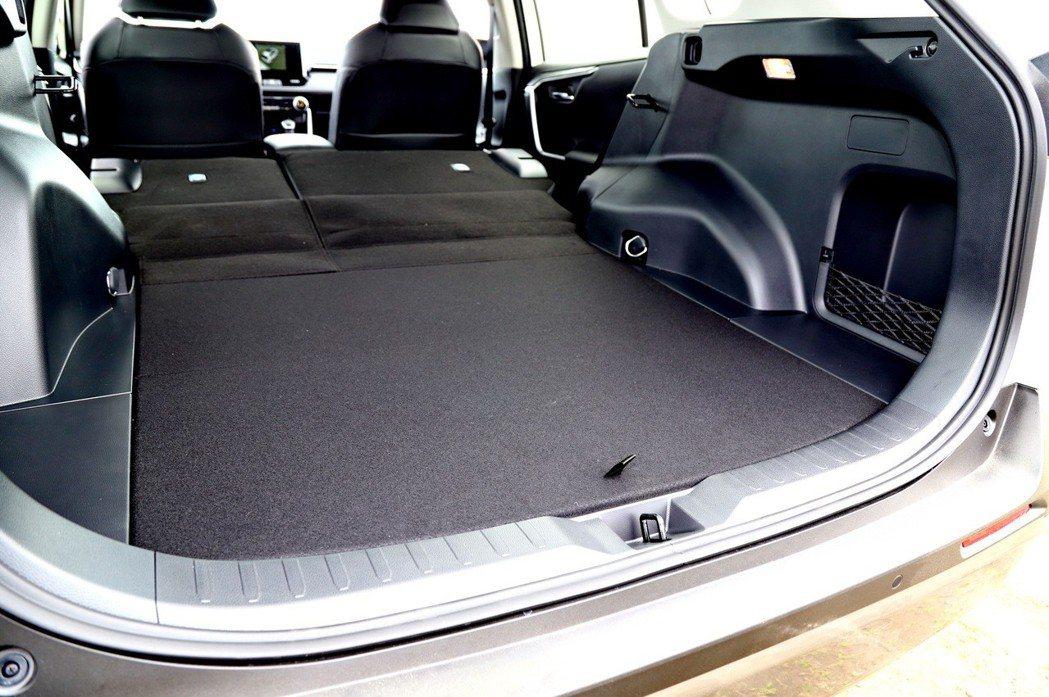 後車廂底版其中一面採用毯面設計。 記者張振群/攝影