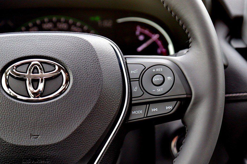 方向盤右側是ACC的啟動按鈕,並提供車道偏移功能啟閉,還可控制功能模式切換及音樂...