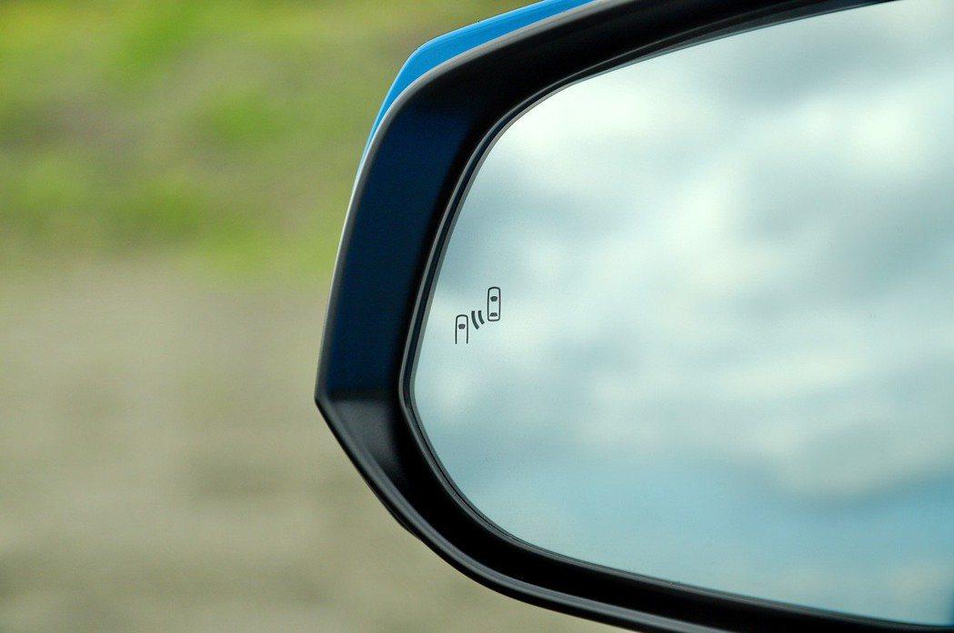 2.0尊爵以上車型提供盲點偵測警示系統。 記者張振群/攝影