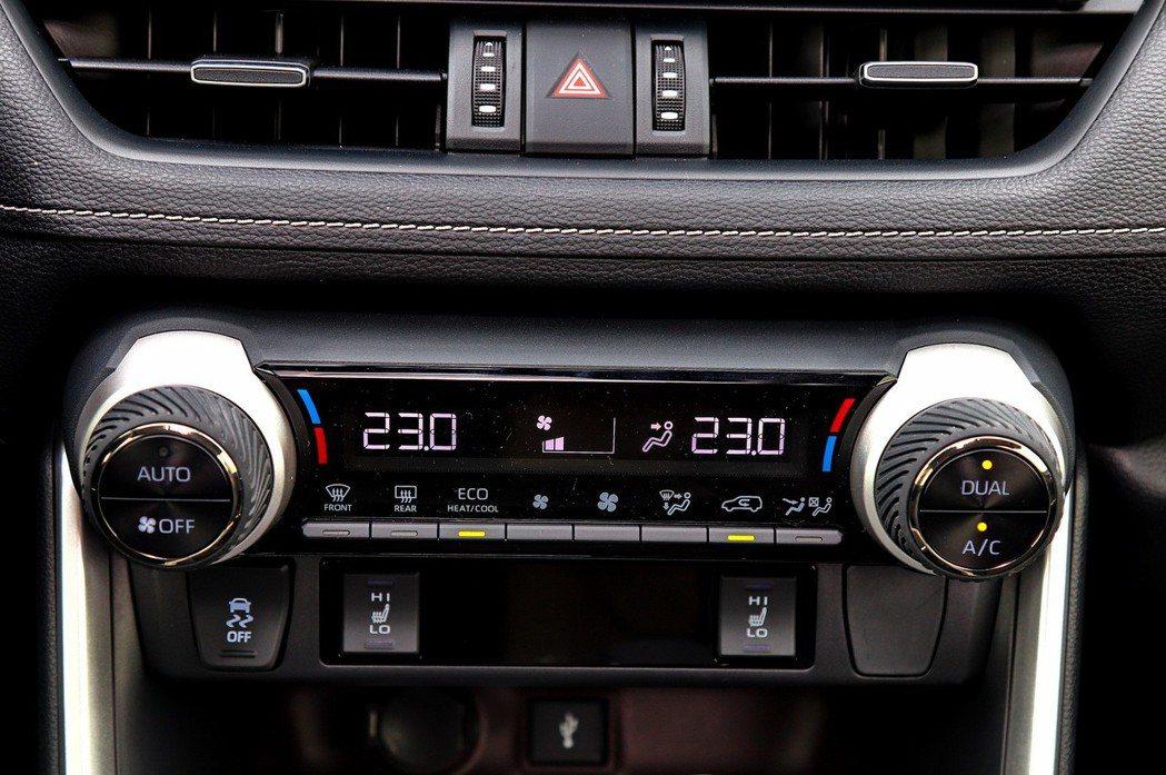 冷氣旋鈕改為凸出式,橡膠材質摸起來相當順手。 記者張振群/攝影