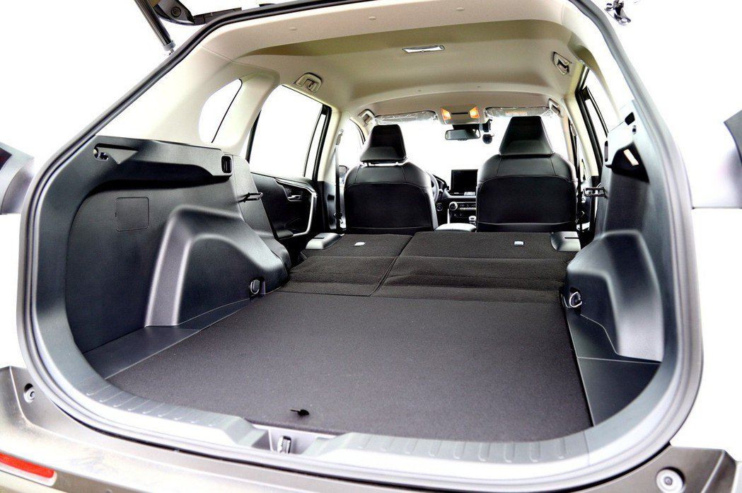 後車廂空間在後座椅傾倒後,提供相當平整的空間。 記者張振群/攝影