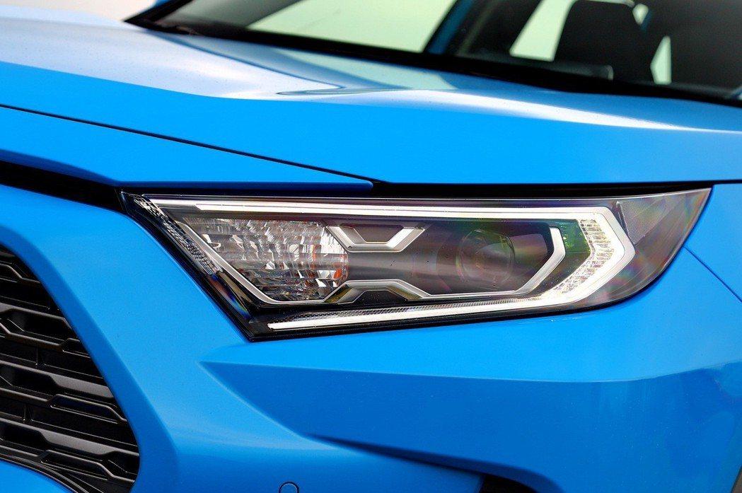 油電車型頭燈配置LED Bi-Beam頭燈。 記者張振群/攝影