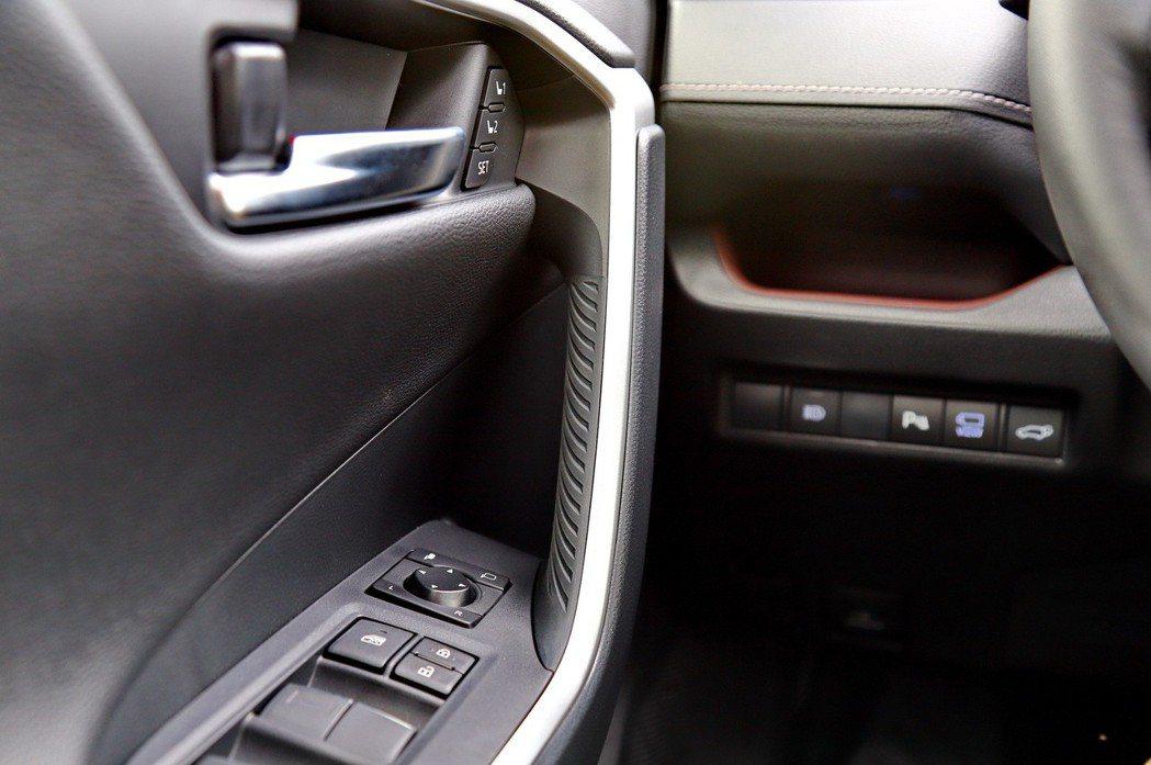 車門把手採用橡膠,手感表現非常好,也頗有越野車的設計。 記者張振群/攝影