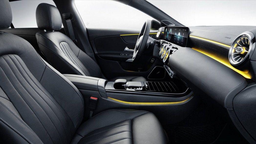 前座寬度增加35mm頭部空間增加9mm。 摘自Mercedes