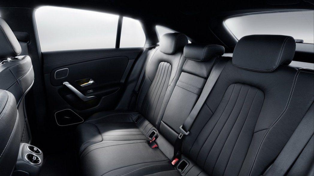 後座部份寬度增加了44mm頭部空間增加了8mm。 摘自Mercedes