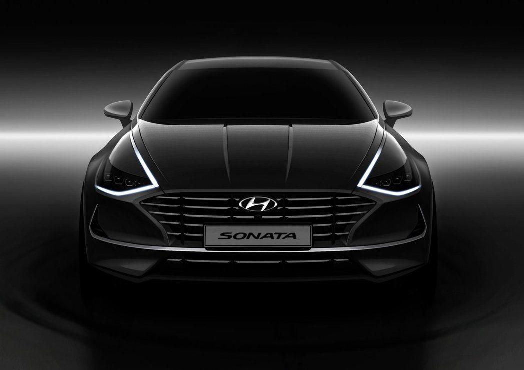 第八代Hyundai Sonata依舊保有與鍍鉻飾條融合的LED日行燈 (Hidden Lighting Lamps)。 摘自Hyundai