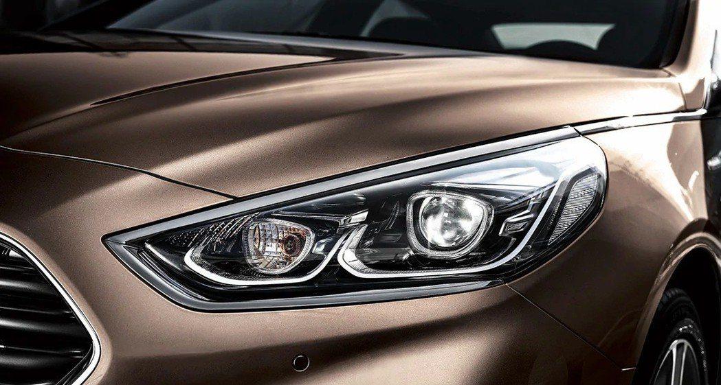 第七代Hyundai Sonata小改款車型外觀最大的特色,即是自頭燈延伸至整扇車窗的鍍鉻飾條。 摘自Hyundai