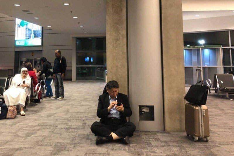 柯市長在臉書PO出這張在以色列機場隨意、不拘禮節地坐在地上充電的照片,引起了廣大熱議。 圖/取自柯文哲 Facebook