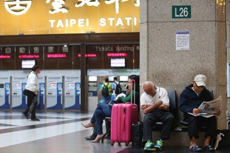 台北車站大廳只有數十張椅子,根本不敷使用。 圖/聯合報系資料照
