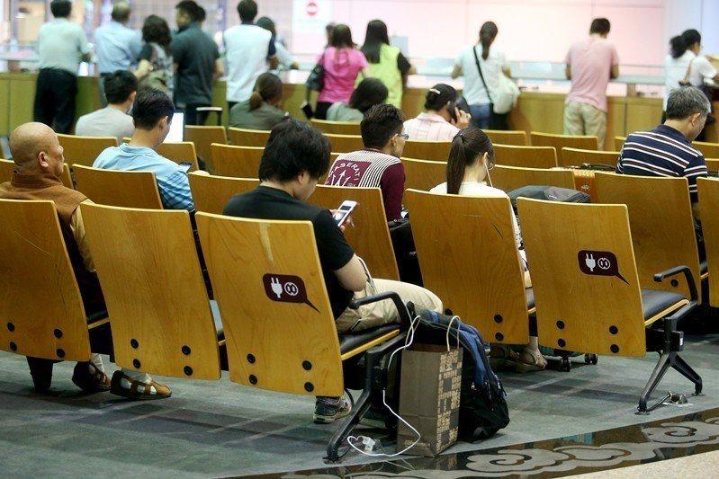 台灣桃園機場新的坐椅兩側都可以提供民眾充電。 圖/聯合報系資料照