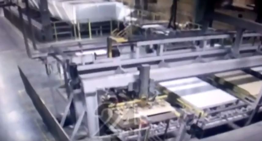 一名工人在按下木板生產線的啟動鈕時,被機器突然捲入,害工人瞬間變成人肉紙板,送醫...