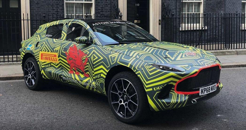 Aston Martin DBX就這樣停在唐寧街上。 摘自Aston Martin