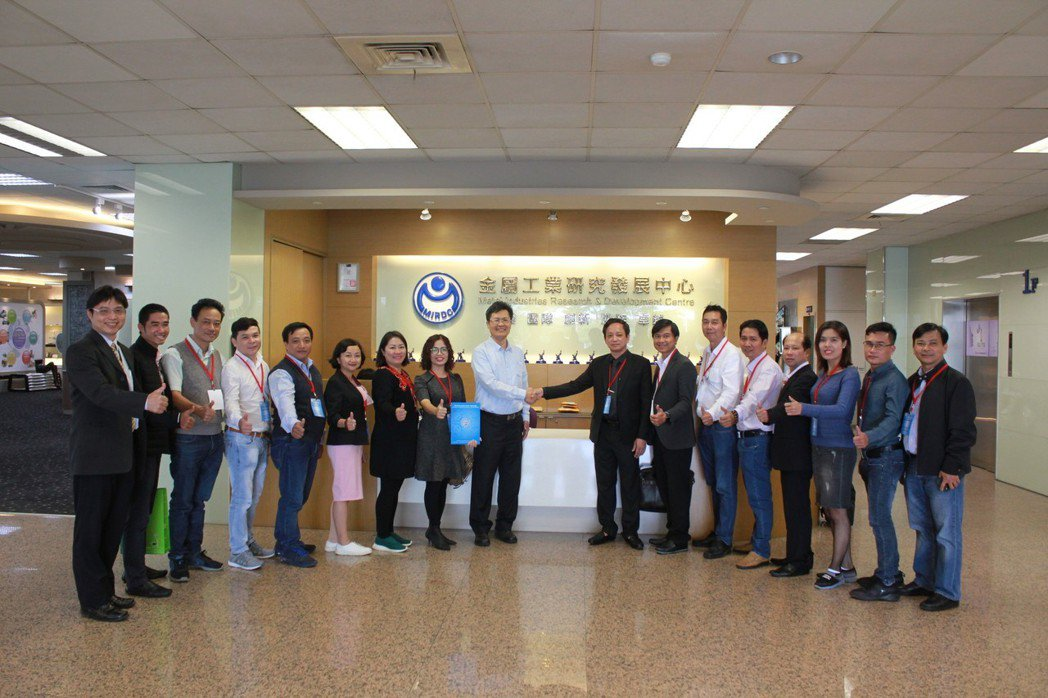 HAMEE陳懷南副會長 (右八)率領越南業者參訪金屬中心。 金屬中心/提供
