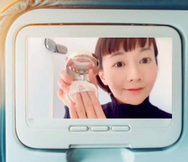 浿機使用迪奧精萃再生光燦氣墊BB霜 ,隨時補妝。 圖/摘自IG