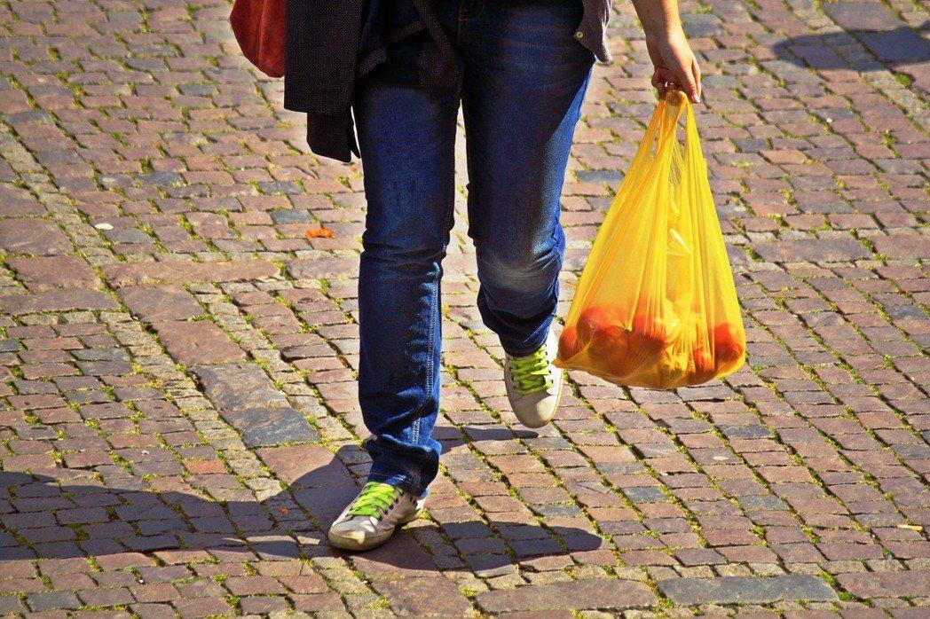 為協助落實印尼政府的減塑目標,「不提供免費塑膠袋」政策自3月起實施。圖/pixa...