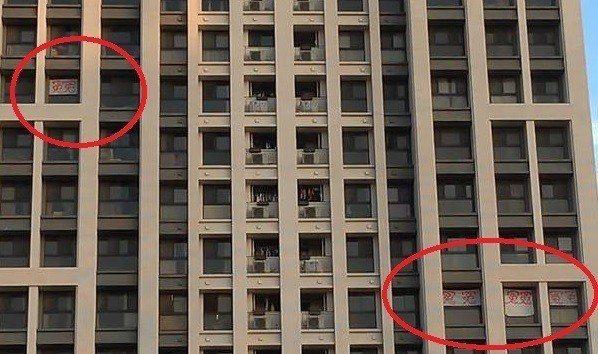桃園市鄰近高鐵青埔站的建案「寶徠花園」,近日被爆出有住戶窗口貼上8個「冤」字,給...