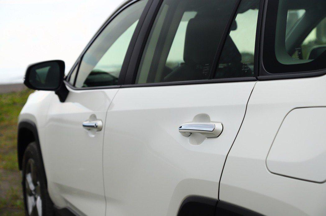 車側線條設計是這次RAV4改款的亮點。 記者張振群/攝影
