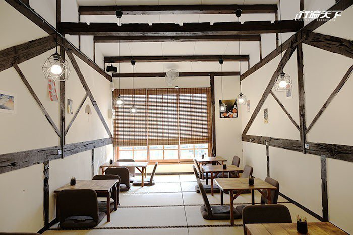 2樓空間陽光透著竹簾灑落在榻榻米上。