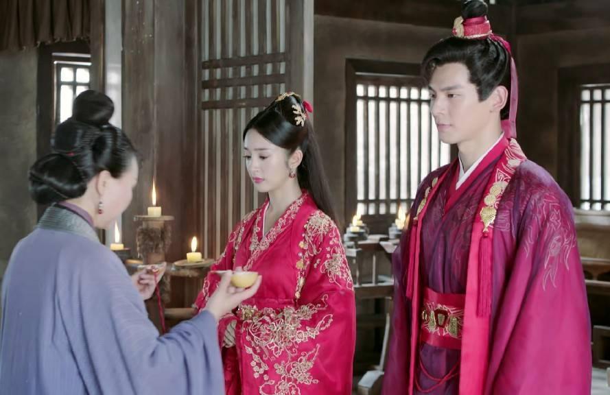 東方炻(林柏宏飾,右)與花不棄(林依晨飾)的婚禮最終成了大亂鬥。圖/截圖自愛奇藝