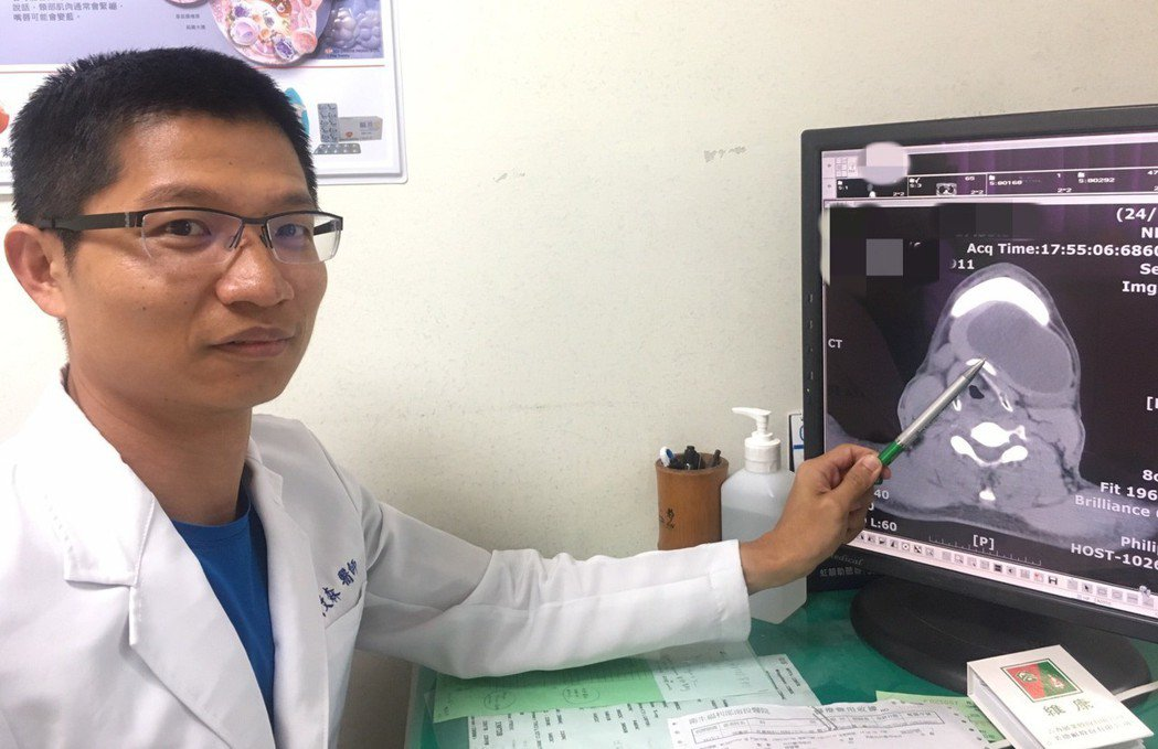 下巴處長出青春痘較少見,耳鼻喉科醫師賴文森從病患電腦斷層圖顯示,黃圈處就是顆超大...