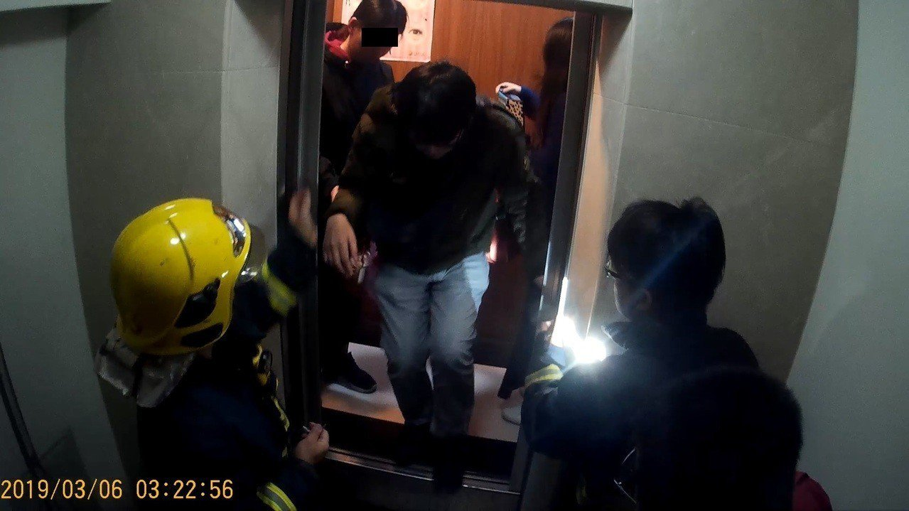 嘉義市消防局今天凌晨2點多接獲民眾報案受困於電梯內,消防人員與電梯維修人員約莫花...