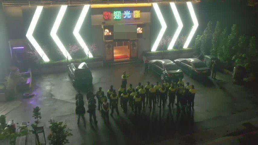台中市清水警分局出動專人操作空拍機巡邏,在60公尺的高空上監控下,臨檢店家所有出...