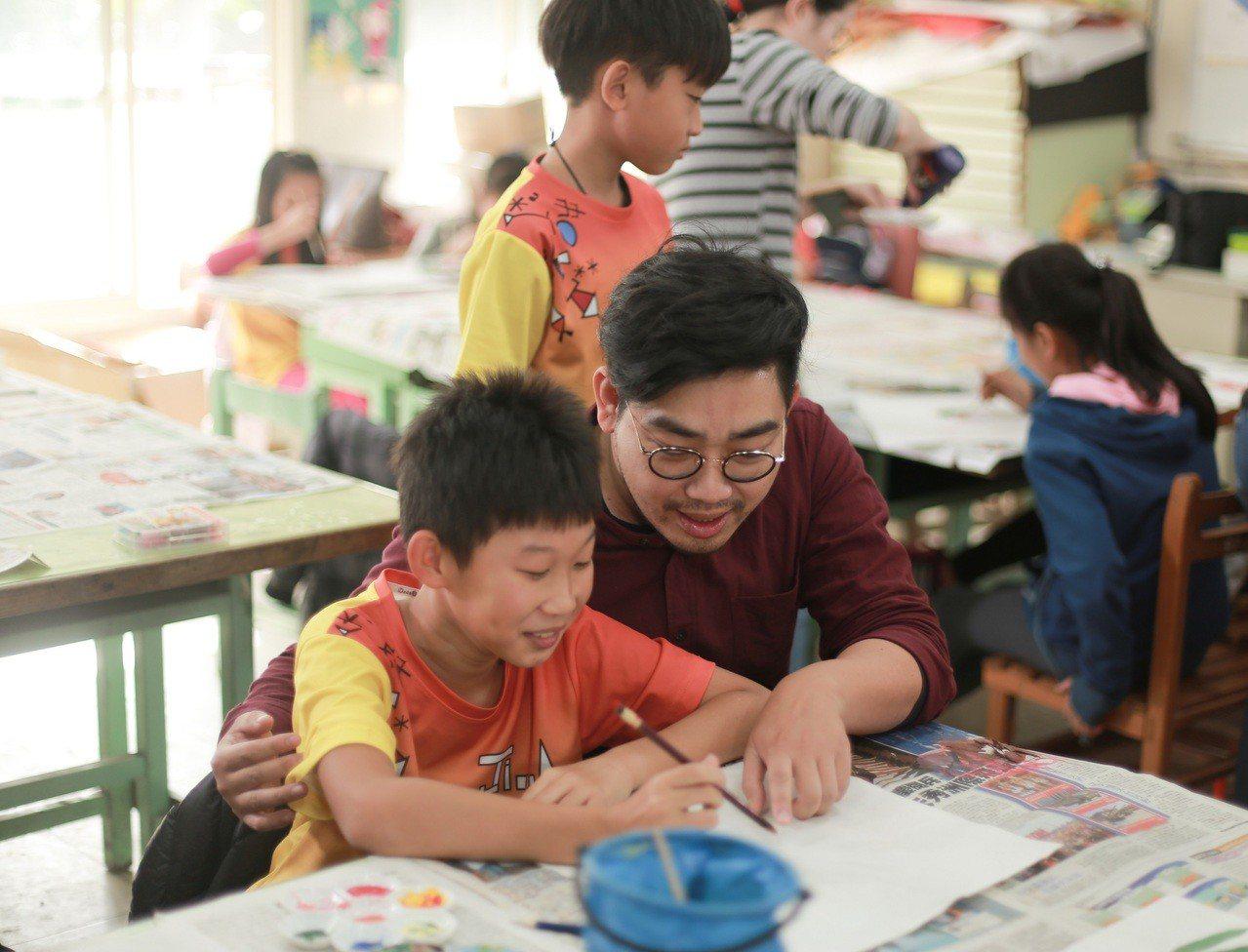 中壽與三峽建安國小孩童合作「玩美力計畫」,邀請藝術家與孩童們一起為格外品果醬創意...