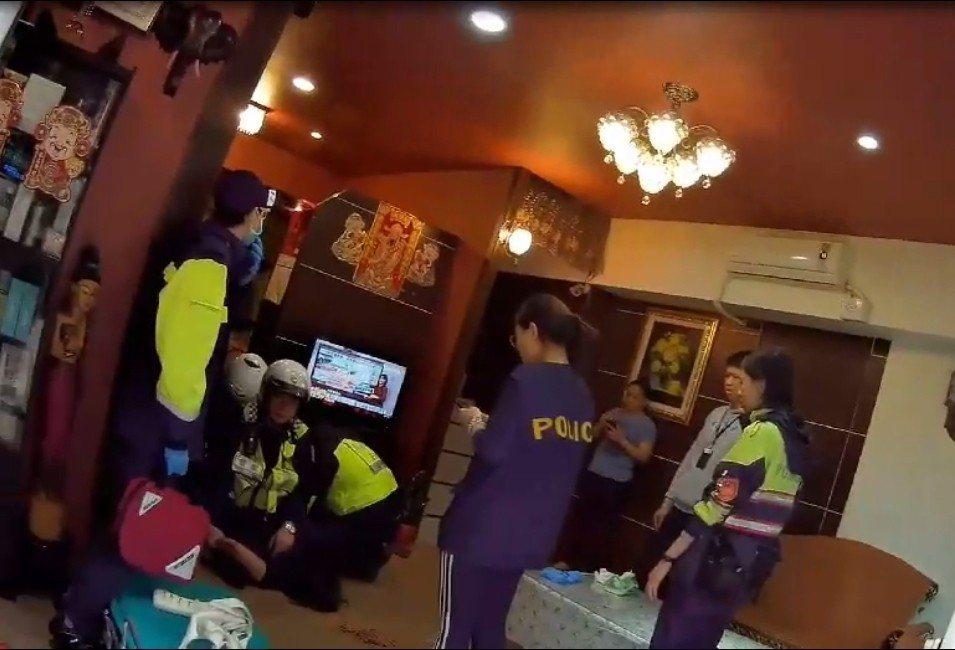 按摩店女老闆揮刀被員警制伏在地上。記者林昭彰/翻攝