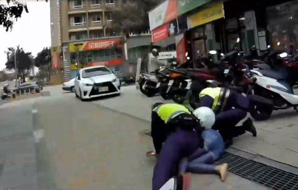 逃逸女移工企圖逃跑被員警制伏在地上。記者林昭彰/翻攝