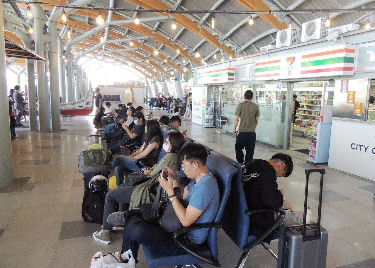 228連假期間,台東火車站天天可見大量候車遊客。記者羅紹平/攝影