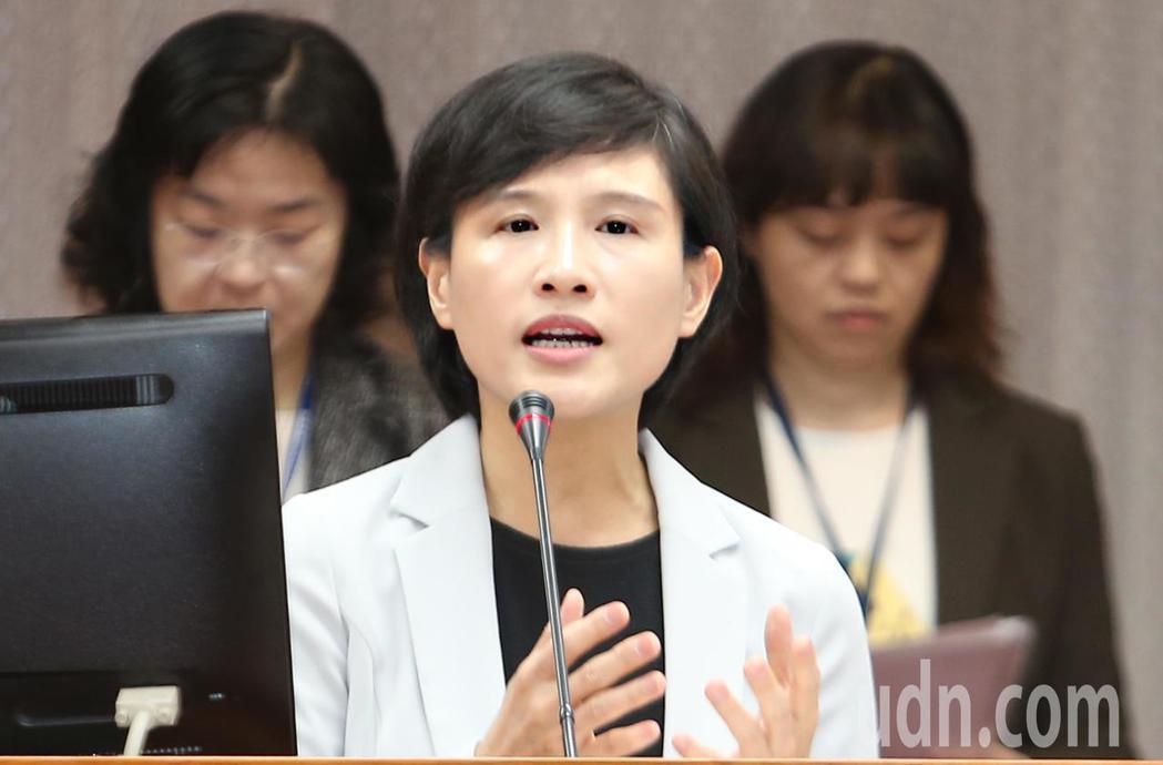 中正紀念堂爭議不斷,文化部長鄭麗君(中)上午在立法院表示,中正紀念堂確實是社會衝...