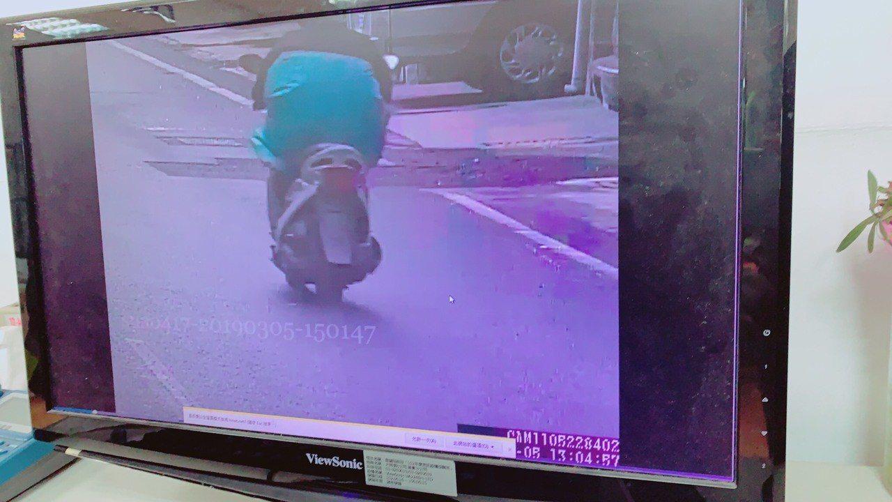 一名46歲鍾姓失業男子昨天穿雨衣、拿西瓜刀闖進宜蘭縣蘇澳鎮一家銀樓搶劫,警局成立...