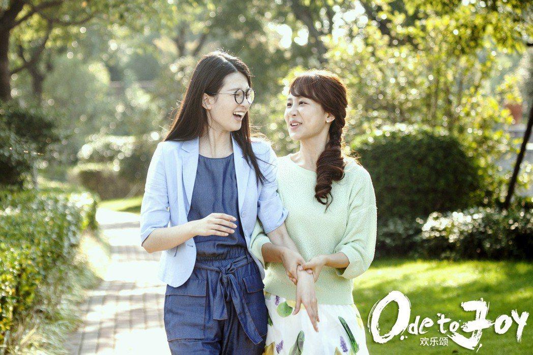 關關(左)跟邱瑩瑩(右)是劇中年輕粉領OL代表,一個貼心細膩、一個傻白甜老是闖禍...