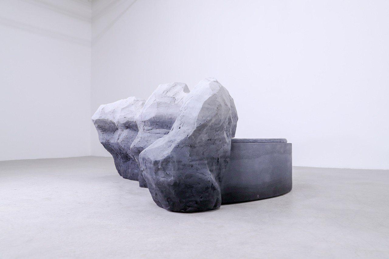 以山谷巨石為設計靈感的沙發Rock Sofa。圖/愛彼表提供