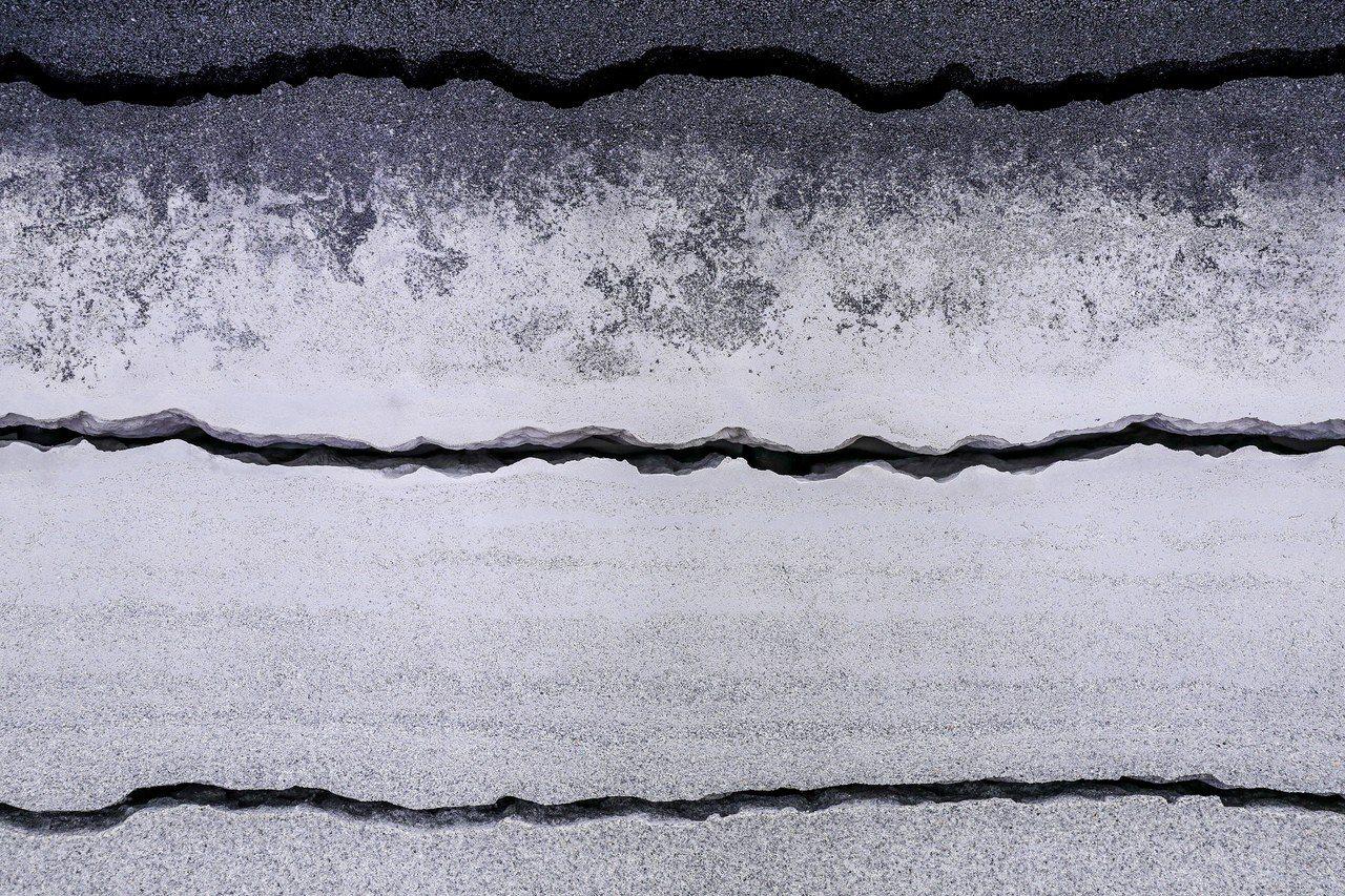 地層牆(Strata Wall)巧妙融入金、銅、砂金石、藍寶石玻璃及鐵等組成品牌...