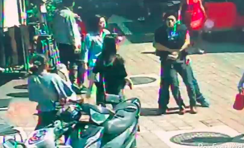 日本籍男子被見義勇為的路人從後方環抱住,送交警方調查。記者李承穎/翻攝