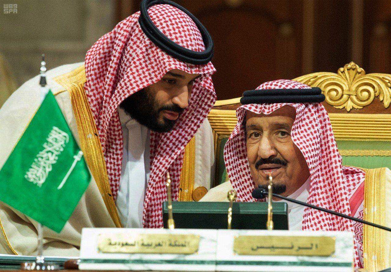 沙烏地阿拉伯國王沙爾曼(右)和王儲穆罕默德檔案照。美聯社