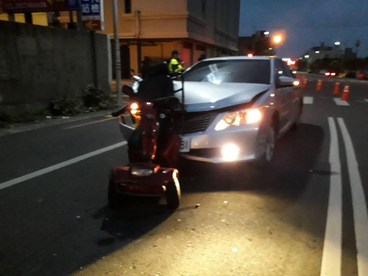 一輛醫療電動代步車今年1月間在苗栗縣中山路遭轎車追撞,騎代步車的陳姓老翁重傷死亡...