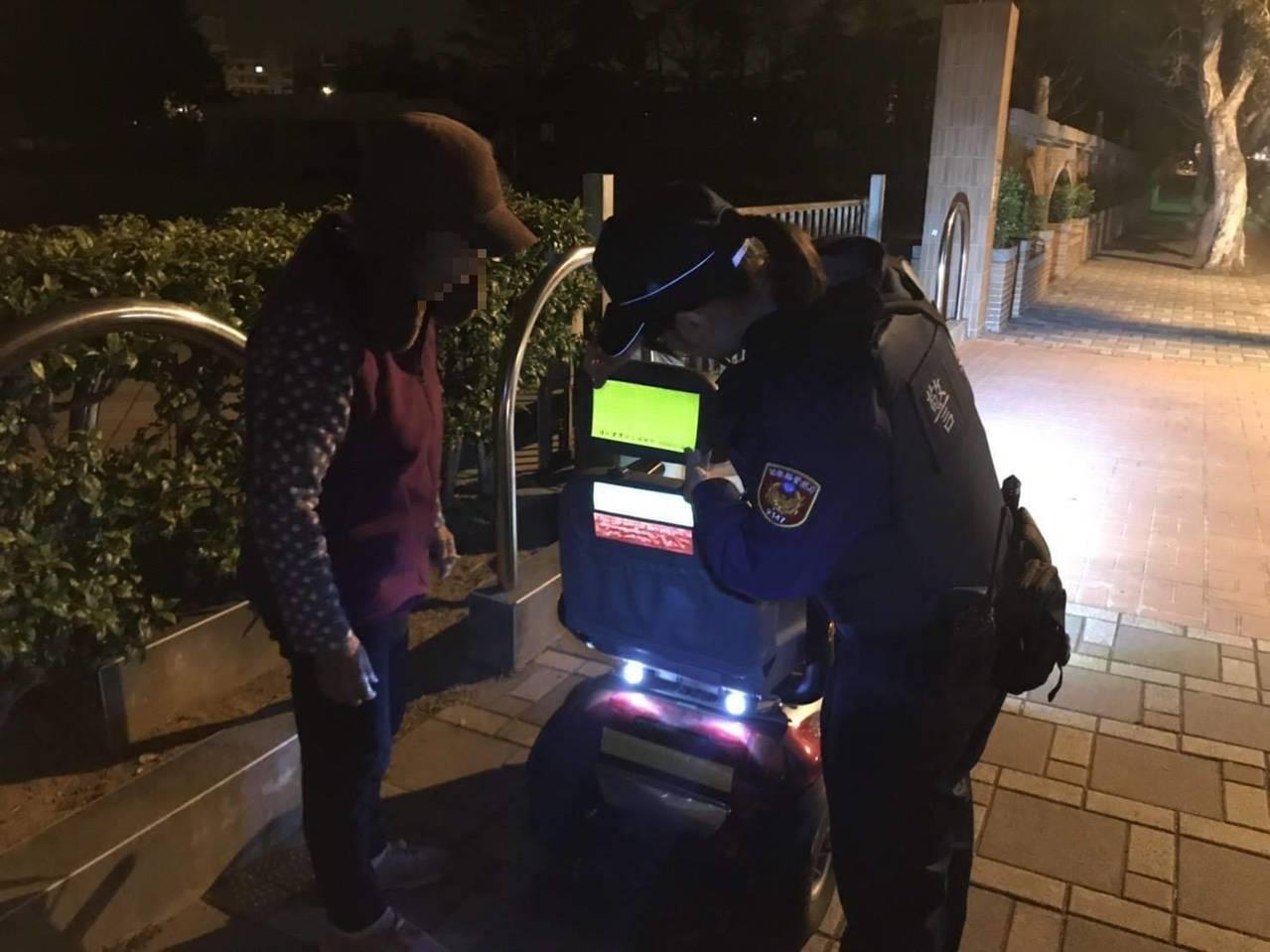 苗栗縣警局「點亮高齡者」執行計畫,幫電動代步車貼螢光條。圖/苗栗縣警局提供