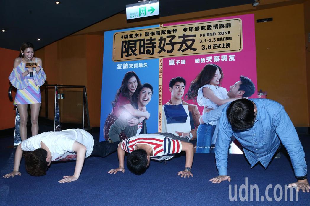 四葉草朱主愛(左)下午宣傳電影「限時好友」舉辦粉絲見面會,除了清唱電影主題曲「想...
