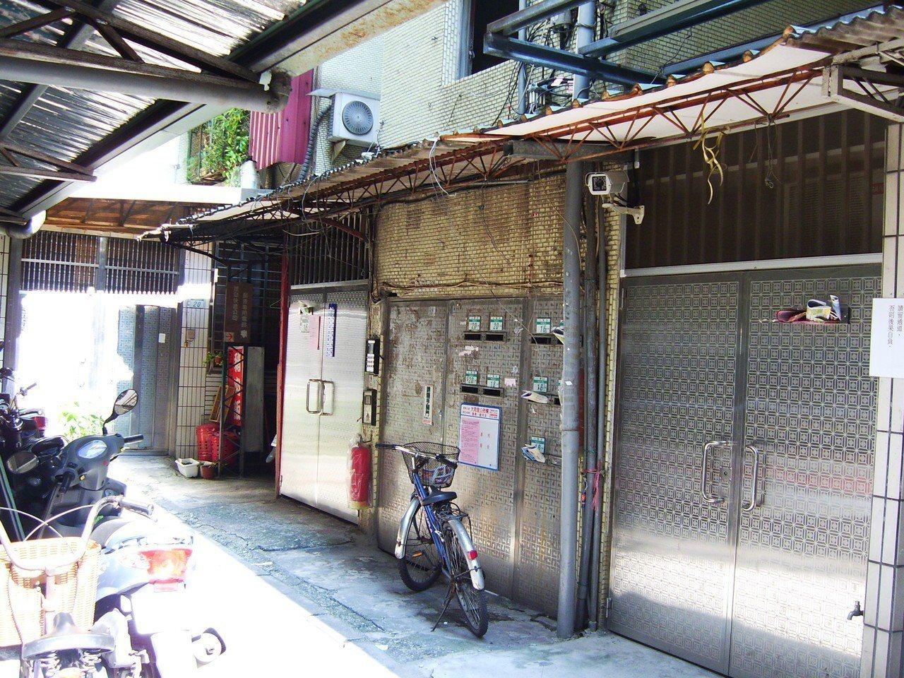 新店區民權路段重建前房屋。圖/新北市政府都市更新處提供