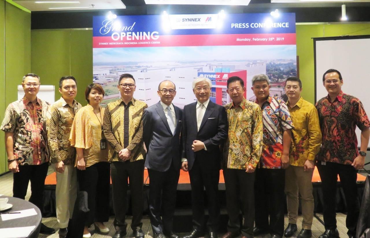 聯強總裁杜書伍(右起五)與聯強印尼經營團隊出席聯強印尼運籌中心啟用記者會。圖/聯...