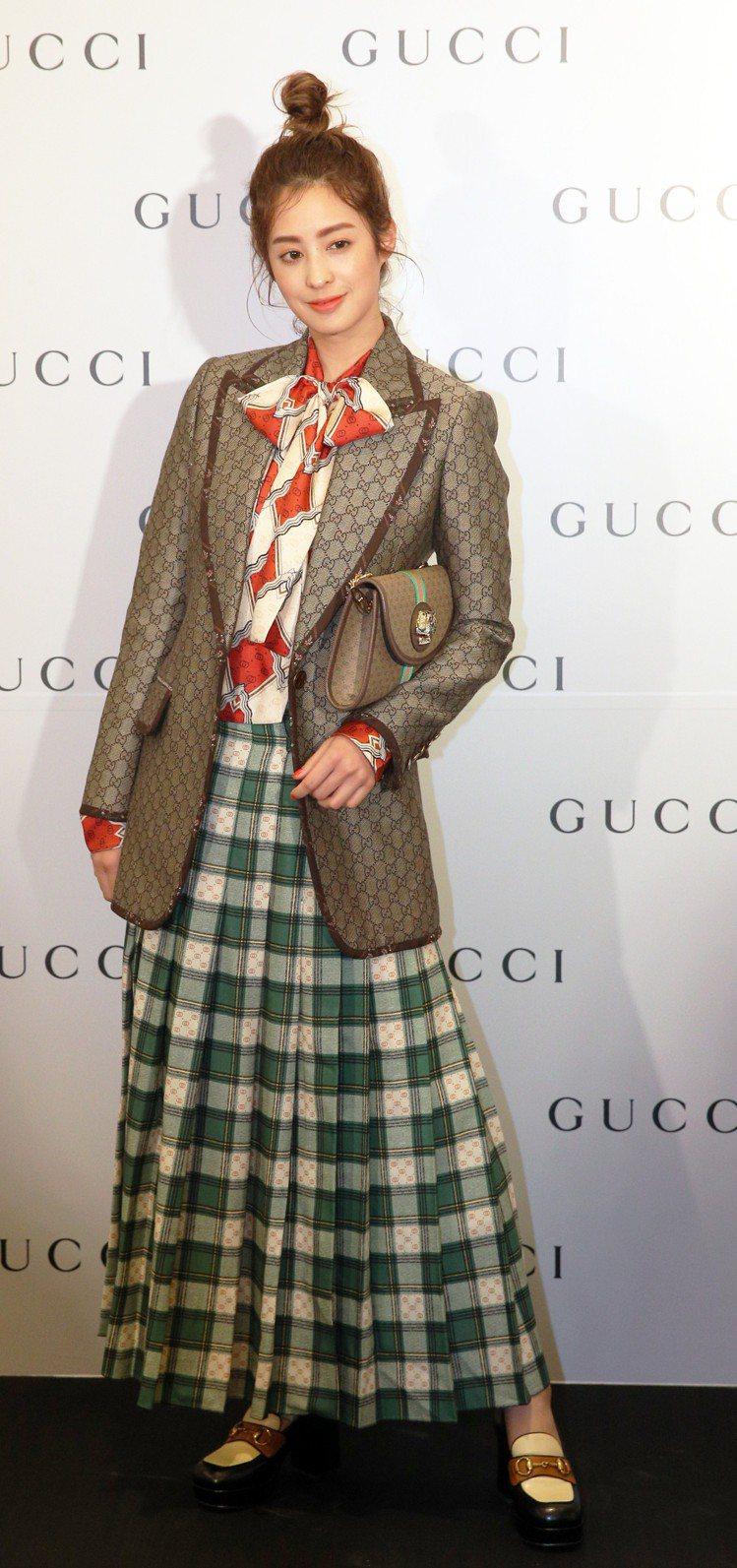 愛復古風的莫允雯,以Gucci logo西裝搭配格紋裙。記者劉學聖/攝影